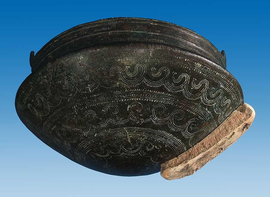 1901 m. aptiktas puodas bei 2008 m. surastas liejimo formos fragmentas. Šaltinis: https://www.archaeologie-online.de/magazin/nachrichten/speiseplatz-der-goetter-32311/