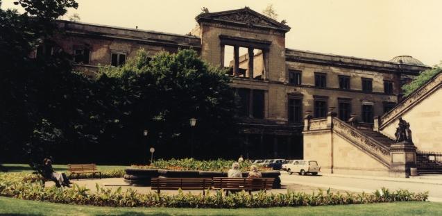 Apleistas Naujasis muziejus 1985 m. Šaltinis: http://www.smb.museum/ueber-uns/geschichte.html